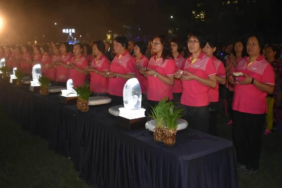 大甲婦女會從2011年起,每年都參與浴佛至今。(陳淑娥翻攝)