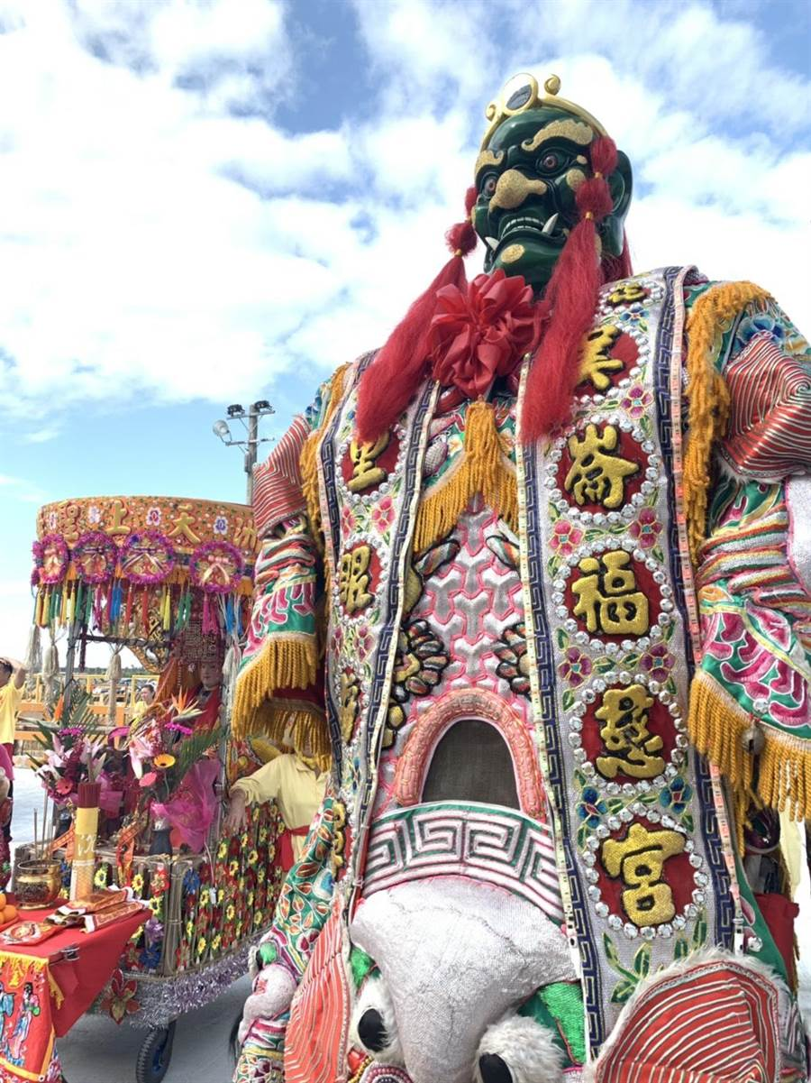 花蓮港邀請3公尺高的千里眼神將,讓歐美遊客看得目瞪口呆。(許家寧翻攝)