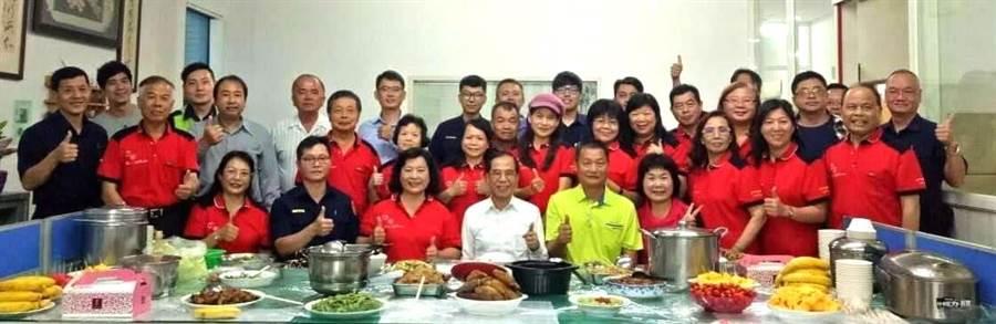 台中市警察局第六分局工業區派出所志工媽媽,一人準備一道拿手菜,讓員警感受溫馨母親節的歡樂氣氛。(盧金足攝)