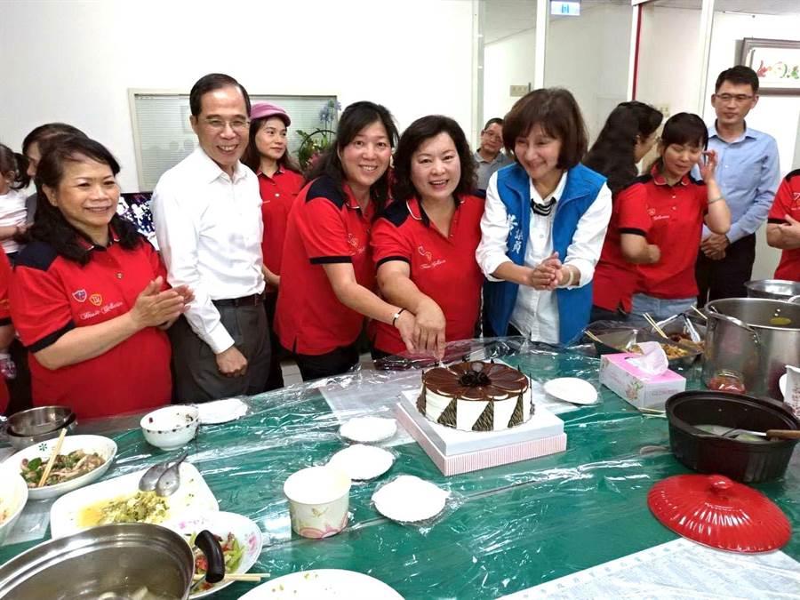 台中工業區派出所的志工媽媽 「祝感心」,特別料理美味菜色,慰勞員警享受美食。(盧金足攝)