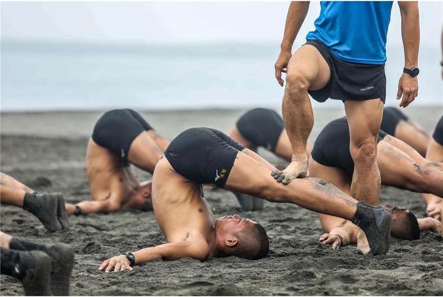 海軍陸戰隊兩棲偵搜專長班克難週,蛙人們頂著高溫艱苦訓練。(國防部提供)