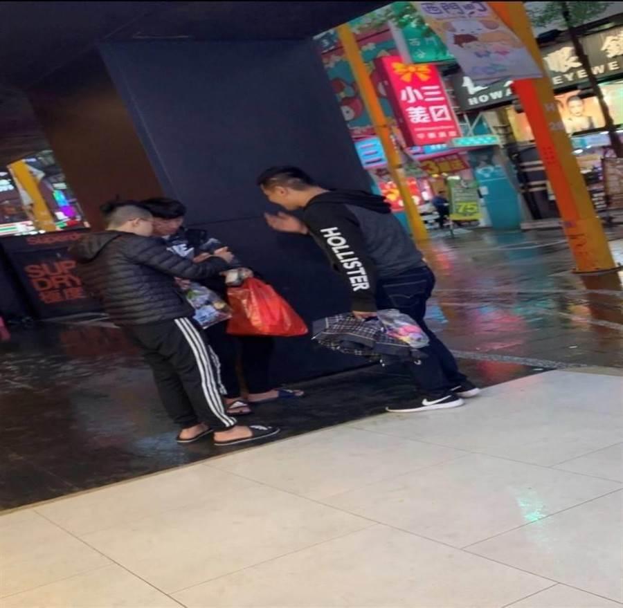 江某對一名大陸遊客強賣小毛巾,遭便衣警察從旁蒐證。〔謝明俊翻攝〕