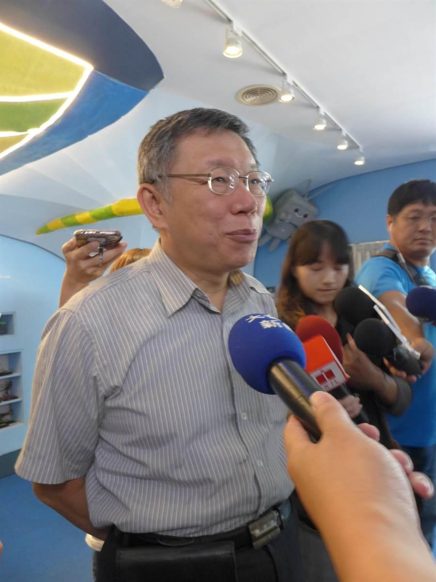 台北市長柯文哲參訪台灣數位光訊科技公司,對於親美抗中的說法,特別說明他的態度。(林欣儀攝)