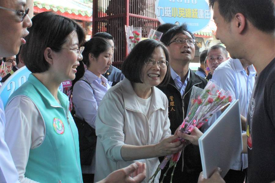 蔡英文總統12日到彰化祝福母親節快樂,首站到南瑤宮,親送康乃馨。(吳敏菁攝)
