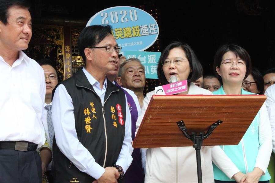 蔡英文總統12日到彰化祝福母親節快樂,首站到南瑤宮。(吳敏菁攝)