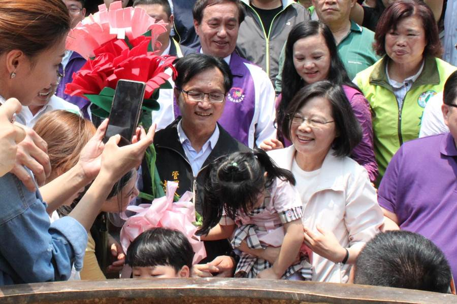 蔡英文總統12日到彰化祝福母親節快樂,首站到南瑤宮,小女孩為他送康乃馨,蔡英文也抱抱小女孩。(吳敏菁攝)