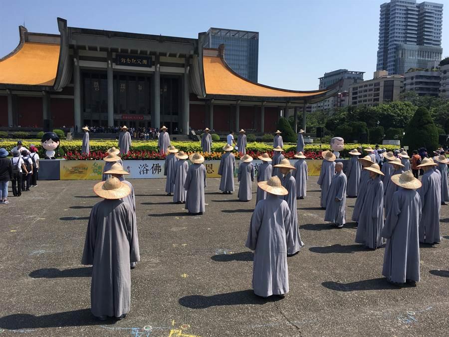 今(12)日白天各地皆為晴朗高溫天氣。圖為宗教團體在國父紀念館廣場舉辦活動。(游昇俯攝)