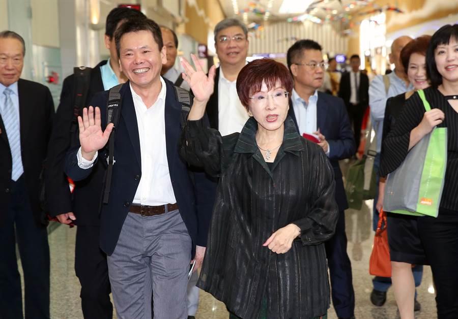 國民黨前主席洪秀柱今天下午赴陸訪問,她表示此行純粹純粹是民間交流,希望能在兩岸「官方的門關起來時,為了台灣人民自己的權益與福祉,就自己想辦法」。(陳麒全攝)