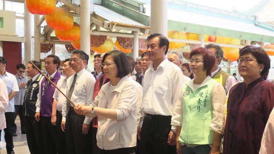 蔡英文總統12日南下彰化進行宗教之旅,中午到台灣護聖宮參拜後並在台灣玻璃館參觀、用餐。(謝瓊雲攝)