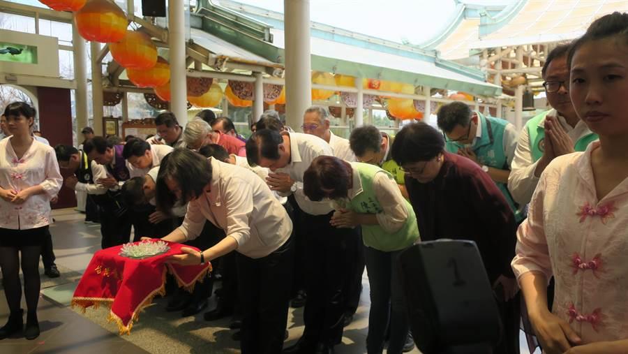 蔡英文總統參拜琉璃媽祖,手捧琉璃製花敬獻媽祖。(謝瓊雲攝)