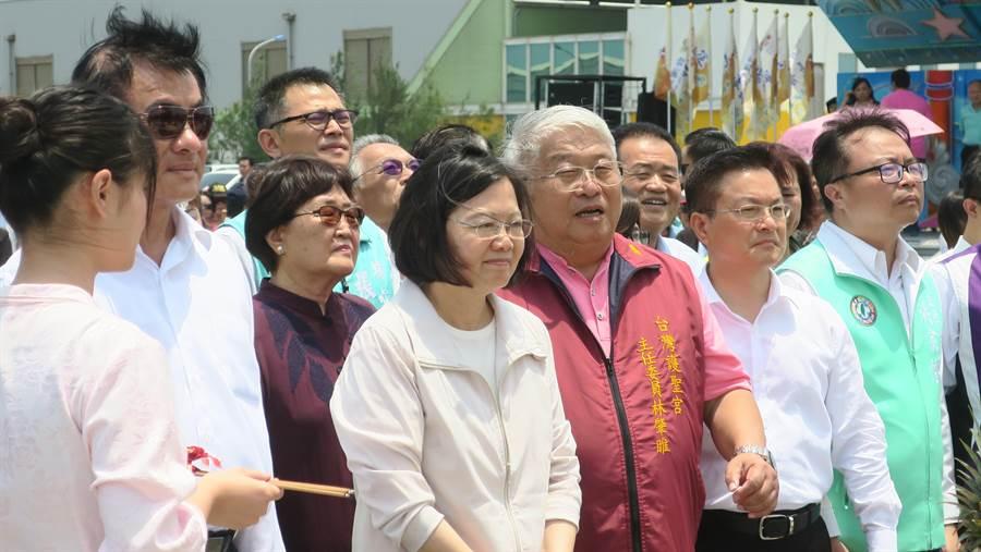 台明將公司董事長林肇睢全程陪同蔡英文總統主持台灣通天柱的開香傳音大典。(謝瓊雲攝)