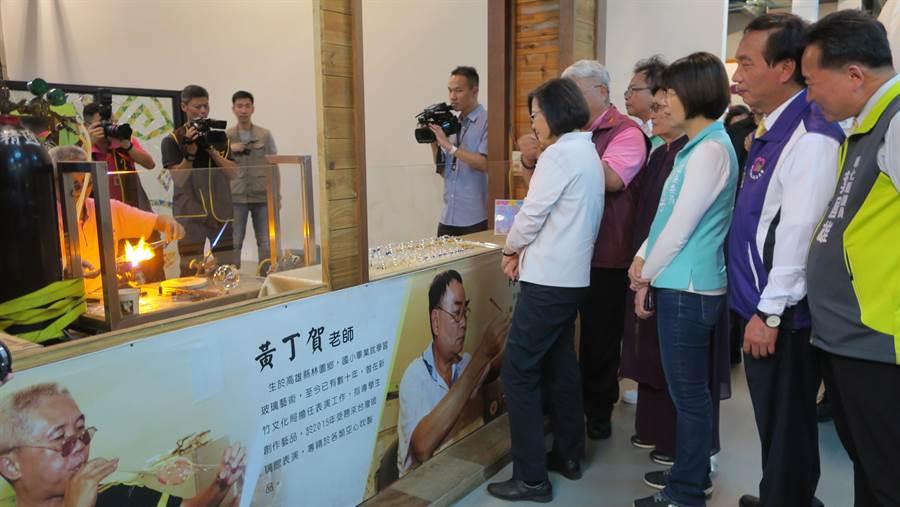 蔡英文總統12日至彰化進行宗教之旅,在台灣玻璃館參觀時顯得興致高昂,心情很好。(謝瓊雲攝)