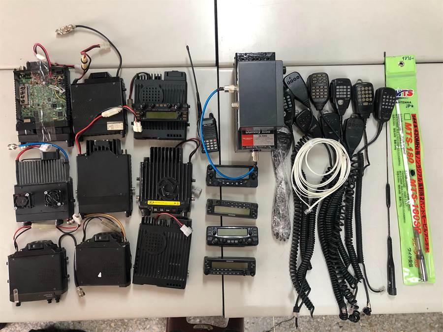 警方查獲遭竊之10組無線電。(巫靜婷翻攝)
