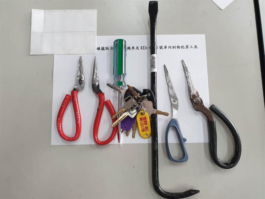 警方起獲2竊嫌犯案工具。(巫靜婷翻攝)