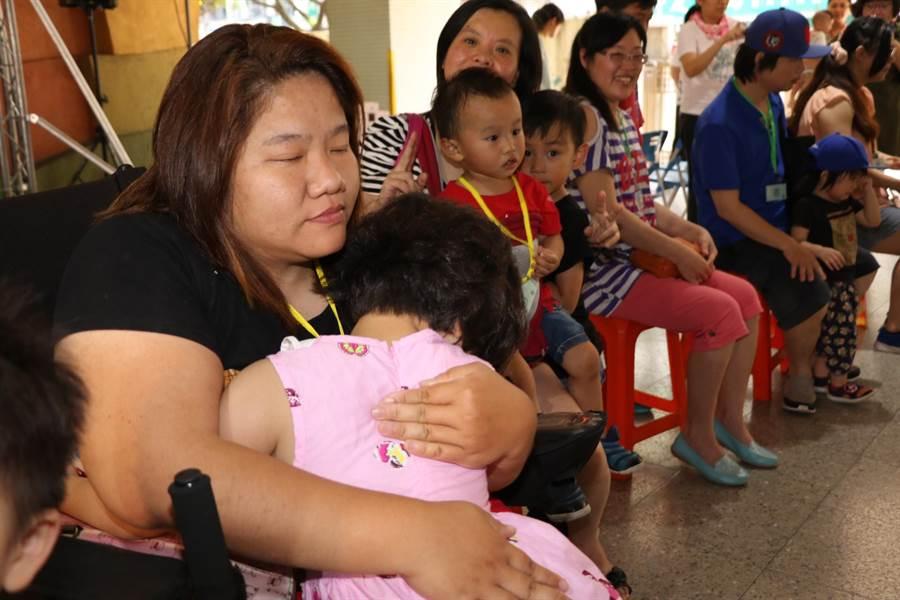 單親媽媽接過女兒奉茶後,緊緊擁抱女兒。(譚宇哲攝)