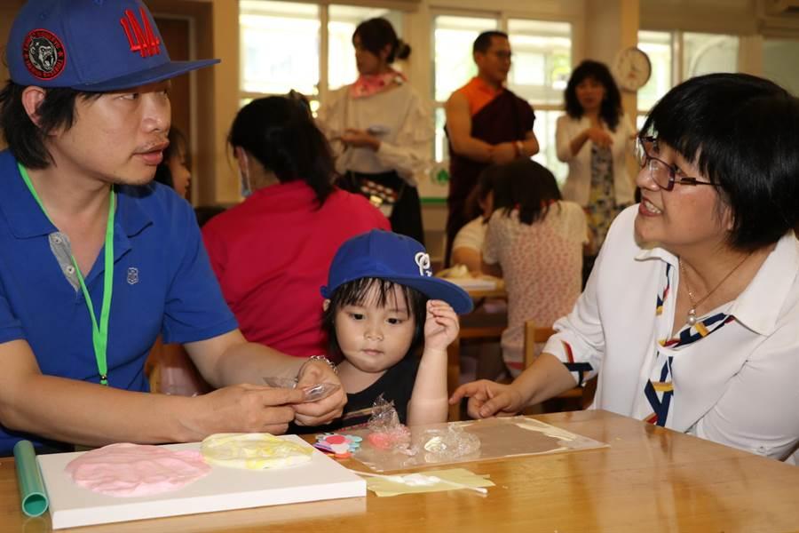 單親爸爸謝昌孝帶著3歲女兒參加活動。(譚宇哲攝)