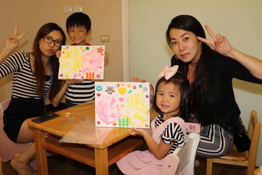 小朋友和媽媽合力拓手印製成壁畫。(譚宇哲攝)