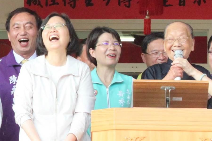 102歲一貫道前人張粉阿嬤祝福蔡英文總統萬事如意,蔡英文聽得笑開懷。(吳敏菁攝)