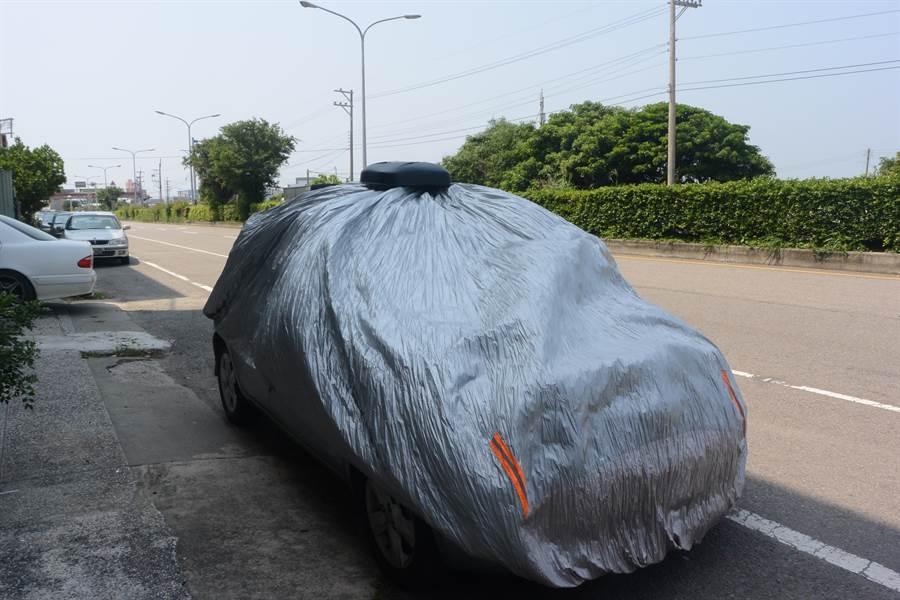 謝文苑發明的多功能汽車防護罩獲得第118屆法國巴黎雷平發明展1金1特別獎殊榮,車輛前後四角加裝反光條增加安全性。(巫靜婷攝)