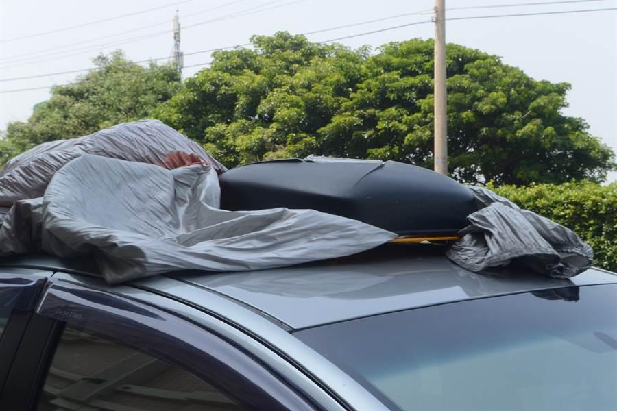 多功能汽車防護罩能輕鬆將「撥水」布面整齊收納至機身。(巫靜婷攝)