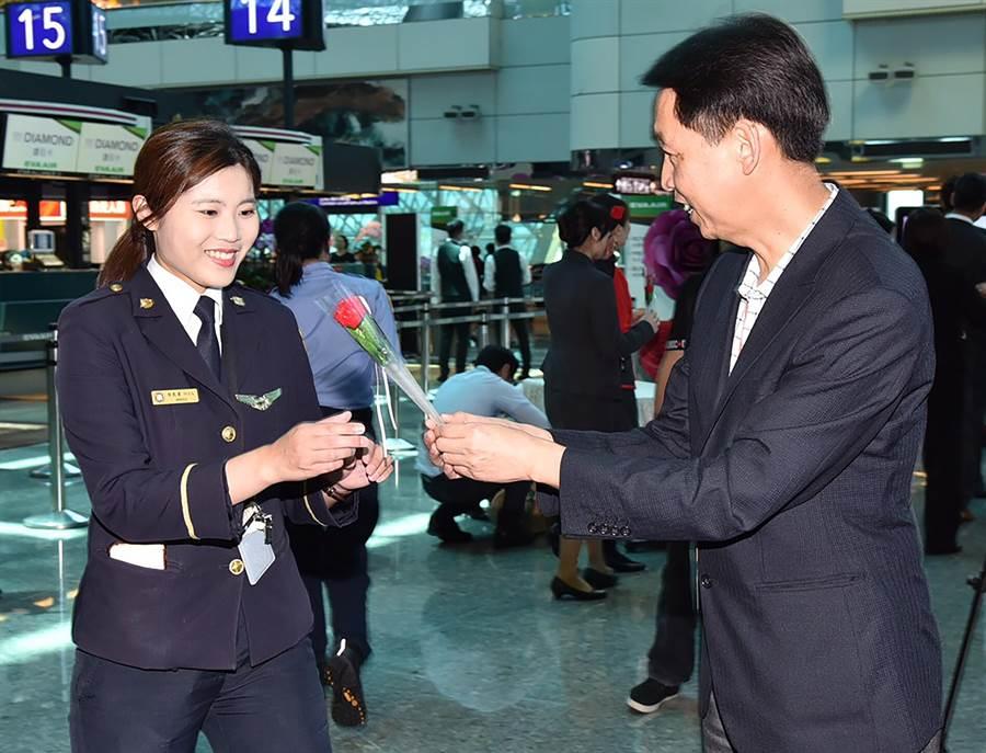 機場公司總經理林祥生致贈康乃馨小禮物給旅客及機場工作人員,並祝大家母親節快樂。(陳麒全攝)