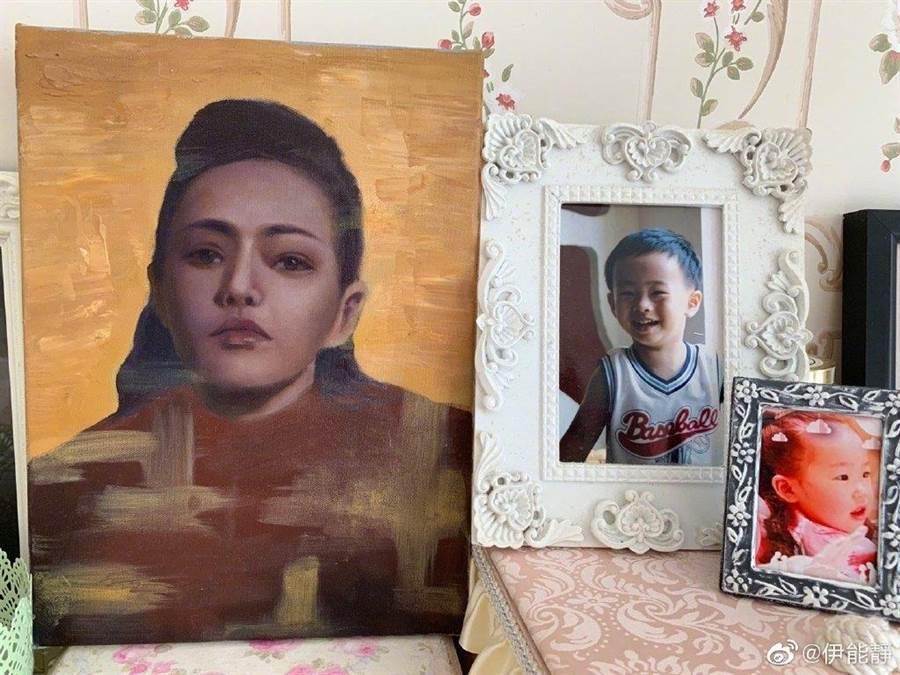 小哈利今年母親節送上畫像給伊能靜。(圖/翻攝自伊能靜微博)