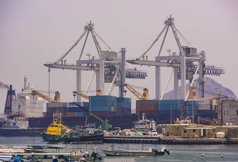 富查伊拉港是阿聯石油重點轉運港,有媒體稱發生嚴重爆炸,不過阿聯政府隨即出面否認。(圖/美聯社)