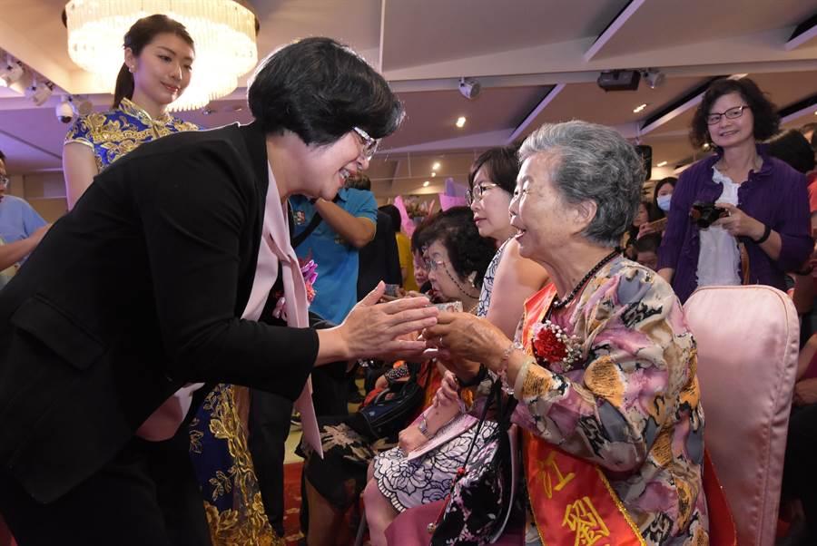 彰化縣政府12日表揚全縣38位模範母親,彰化縣長王惠美(左)親自出席頒獎,並一一向獲獎的模範母親們奉茶、道賀。(謝瓊雲攝)