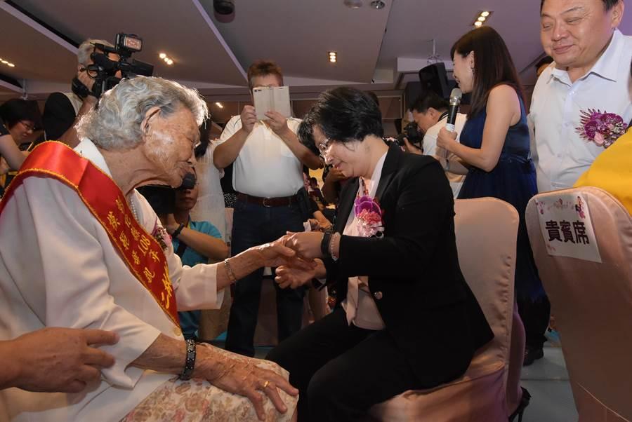 彰化縣政府表揚全縣38位模範母親,彰化縣長王惠美(中)為獲獎的模範母親悉心擦上護手霜、按摩雙手。(謝瓊雲攝)