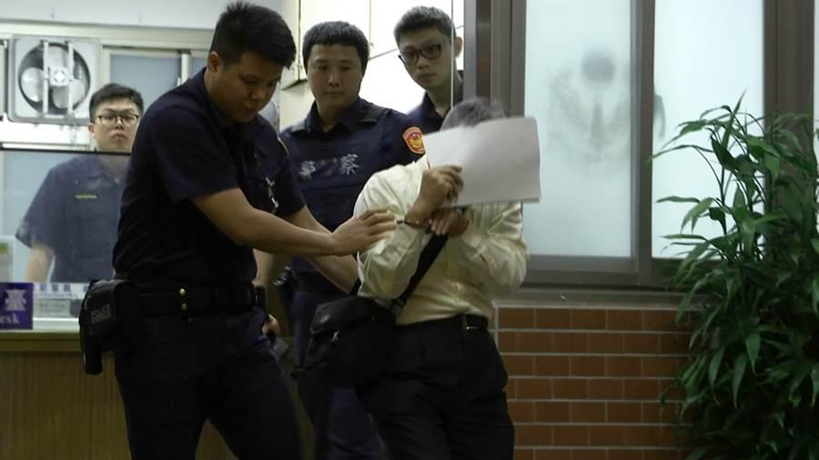 陳姓老翁涉嫌在華山文創園區偷拍女子清涼照,被中正一分局忠東所員警逮捕送辦。〔謝明俊翻攝〕