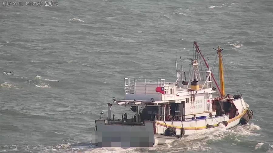 違規在近海拖網捕魚的漁船上高掛著中華民國國旗。(謝瓊雲翻攝)