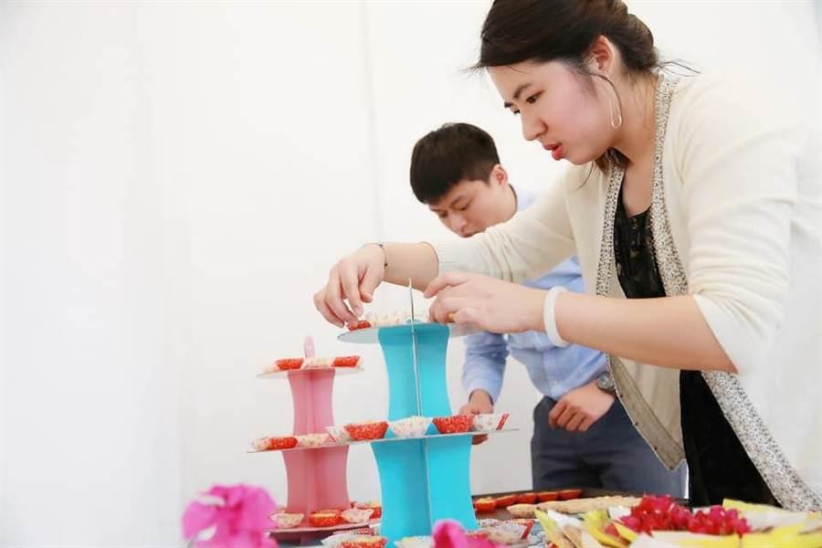 陳亮語創意糕點獲好評,在婚禮會場布置色香味具全的新娘餅乾。(圖/勞動力發展署中彰投分署提供)