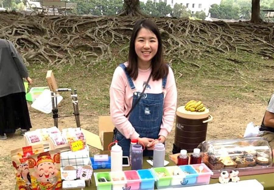 小資女陳亮語職訓後,常將烘焙的糕餅甜點,到各市集擺攤銷售。(盧金足翻攝)