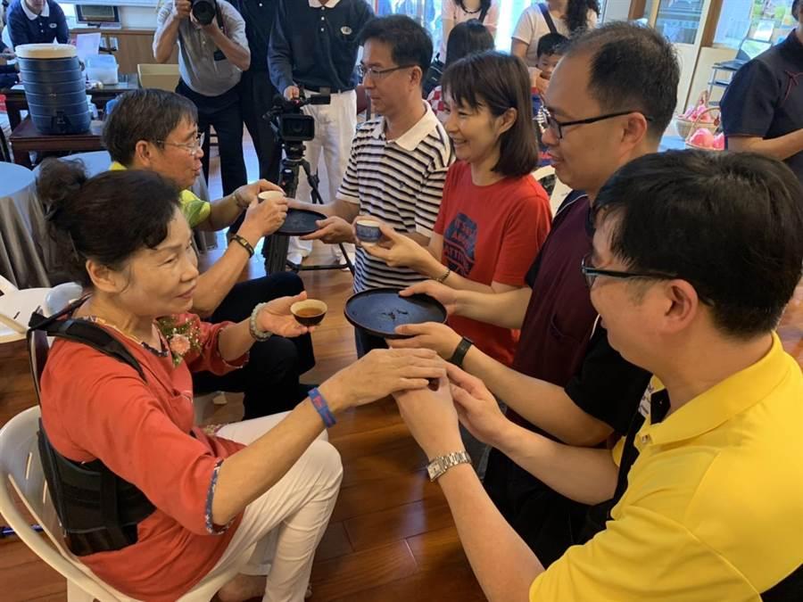 台中沙鹿聯絡處今年邀請118個三代同堂家庭,共457位民眾一起浴佛,也為堂上尊佛奉茶。(圖/慈濟基金會提供)