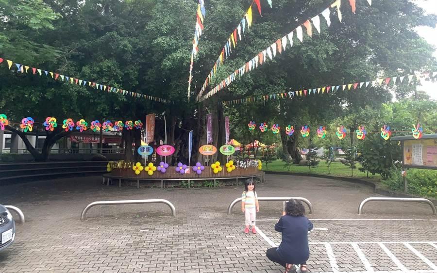 阿嬤帶著孫女探訪南投國小老榕樹,頗有薪火傳的意味。(廖志晃攝)