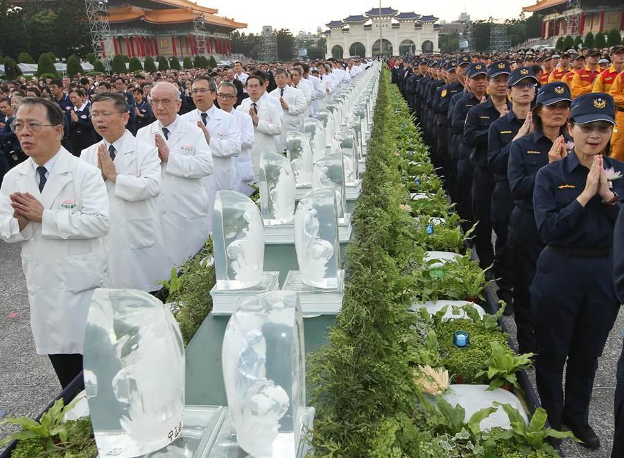 濟基金會12日在台北市中正紀念堂舉行「2019年佛誕浴佛孝親感恩祈福會」,眾人虔誠禮佛,場面隆重。(劉宗龍攝)