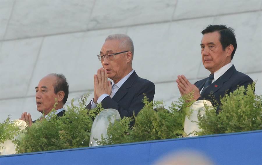 前總統馬英九(右起)、國民黨主席吳敦義及前立法院長王金平12日出席「2019年佛誕浴佛孝親感恩祈福會」,眾人虔誠浴佛,為台灣祈福。(劉宗龍攝)