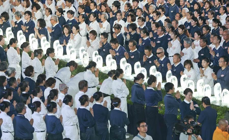 慈濟基金會12日在台北市中正紀念堂舉行「2019年佛誕浴佛孝親感恩祈福會」,民眾們虔誠浴佛,場面盛大。(劉宗龍攝)