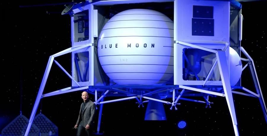 貝佐斯說明他的藍月號登月艇。(圖/Blue Origin)