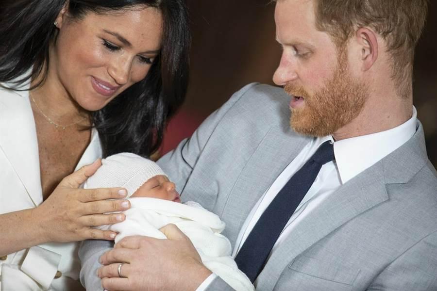 哈利王子與梅根6日歡喜迎接兒子亞契到來。圖為8日一家三口首度一起亮相。(圖/美聯社)