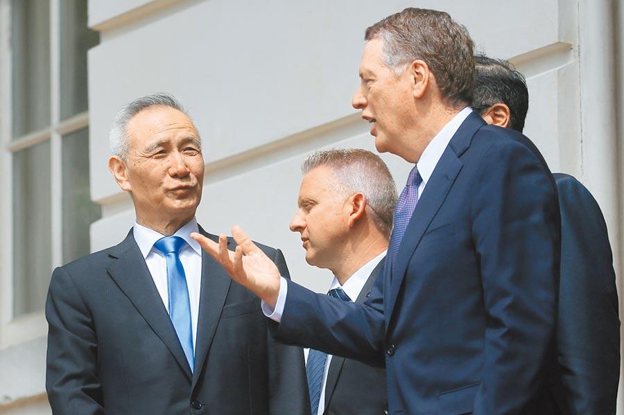 中美雙方10日的談判如預期般迅速落幕,但關稅戰似暫無休止跡象,圖為中國國務院副總理劉鶴與美國貿易代表萊海澤談話。圖/路透