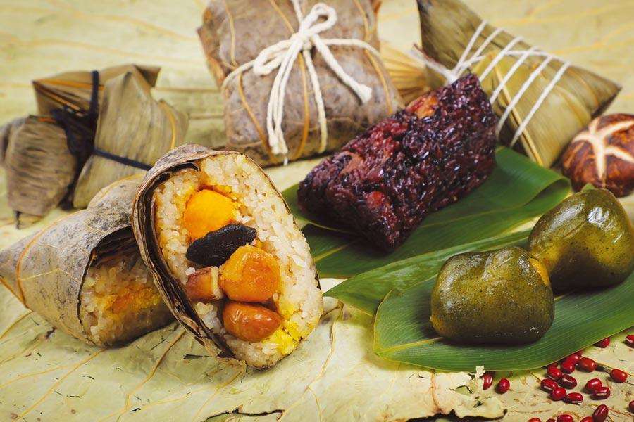 彩豐樓推出府城豐味粽,有改款的台式裹蒸粽,也有甜而不膩的紫米桂圓紅豆粽,及艾草綠豆流沙冰粽可品嘗。圖/業者提供