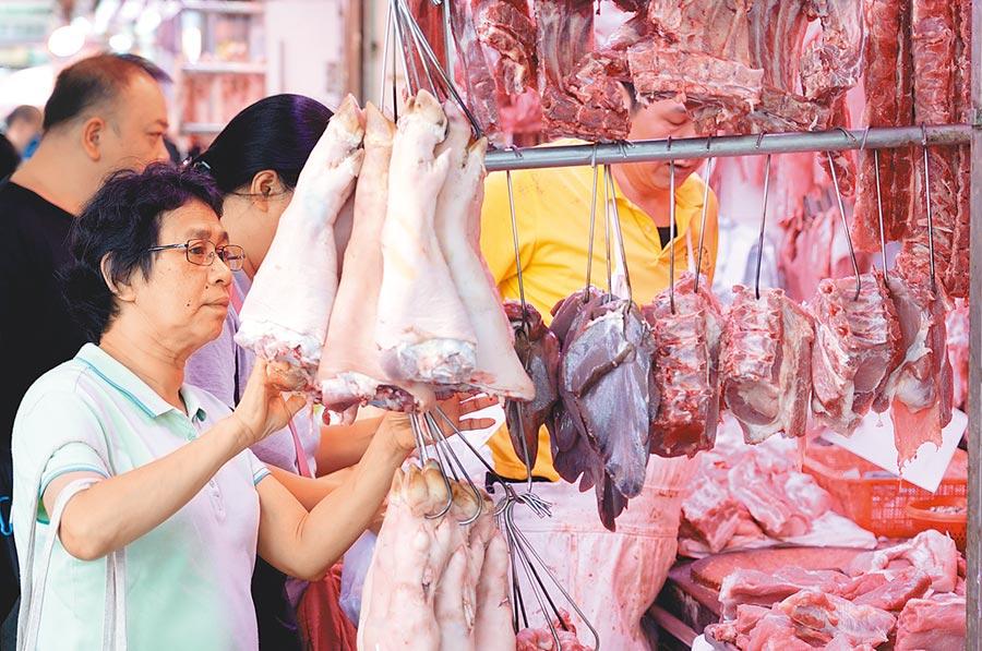香港一家屠宰場驗出非洲豬瘟病毒,農委會表示,早在去年12月就把對港澳邊境防疫提升到與大陸同級。圖為香港市民選購豬肉。(中新社)