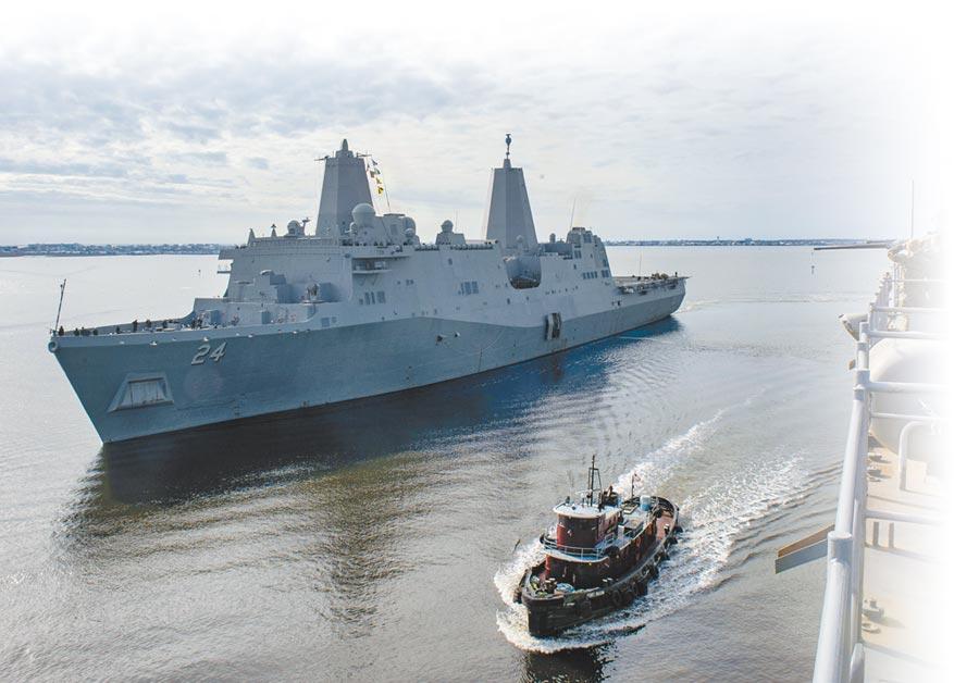 這是美國海軍兩棲登陸艦「阿靈頓號」(LPD 24)去年12月間由北卡羅來納州莫爾黑德市啟航。五角大廈宣布,阿靈頓號將前往中東地區,加入已派赴當地的林肯號航空母艦戰鬥群,因應可能來自伊朗的威脅。(法新社)