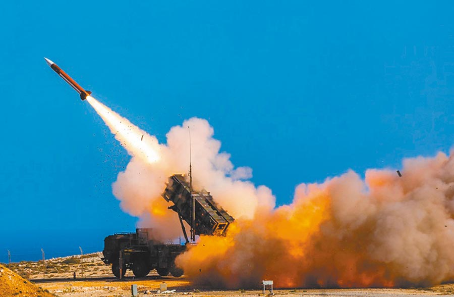 部署在希臘干尼亞的愛國者飛彈系統正在試射攔截飛彈。為因應伊朗威脅,美國五角大廈宣布將在中東地區部署愛國者系統。(美聯社)