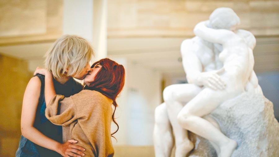 Coser扮演經典動漫角色與羅丹作品《吻》合影。(高美館提供)