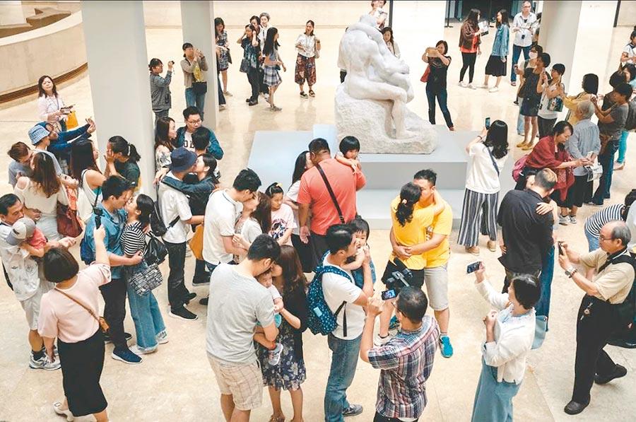 高美館《裸》為慶祝七夕推出「百吻高美館」活動,現場民眾熱烈擁吻。(高美館提供)