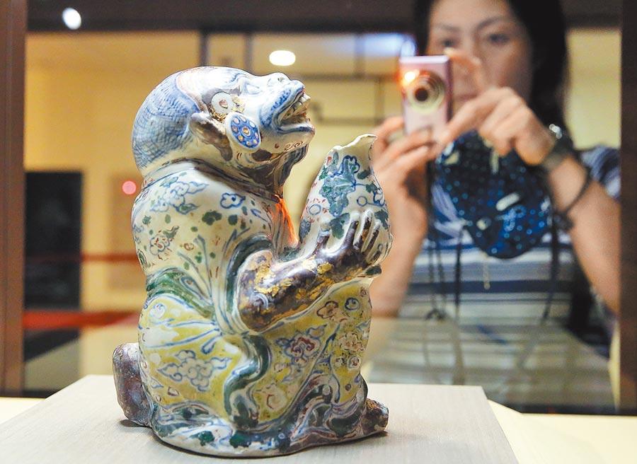 台北故宮開放拍照,許多民眾把握機會,親手拍下難得一見珍貴文物。(王爵暐攝)
