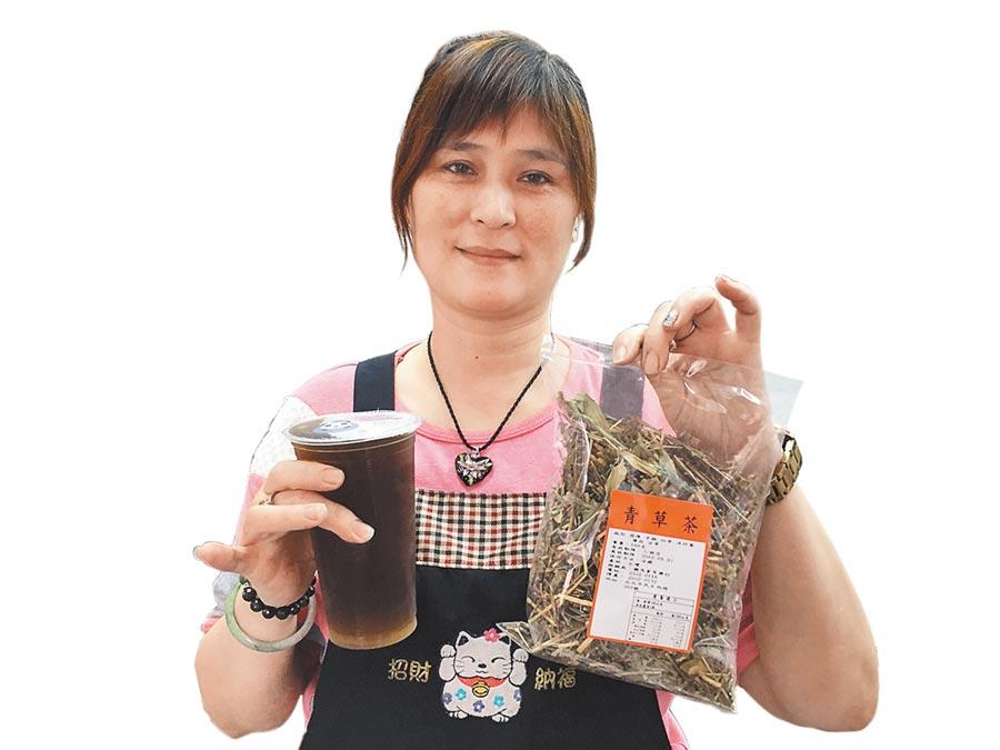 「原木屋」的青草茶由老闆娘每天新鮮現煮,有茵陳、矛根、仙草、淡竹葉、薄荷及甘草等成分,清涼又退火。(許哲瑗攝)