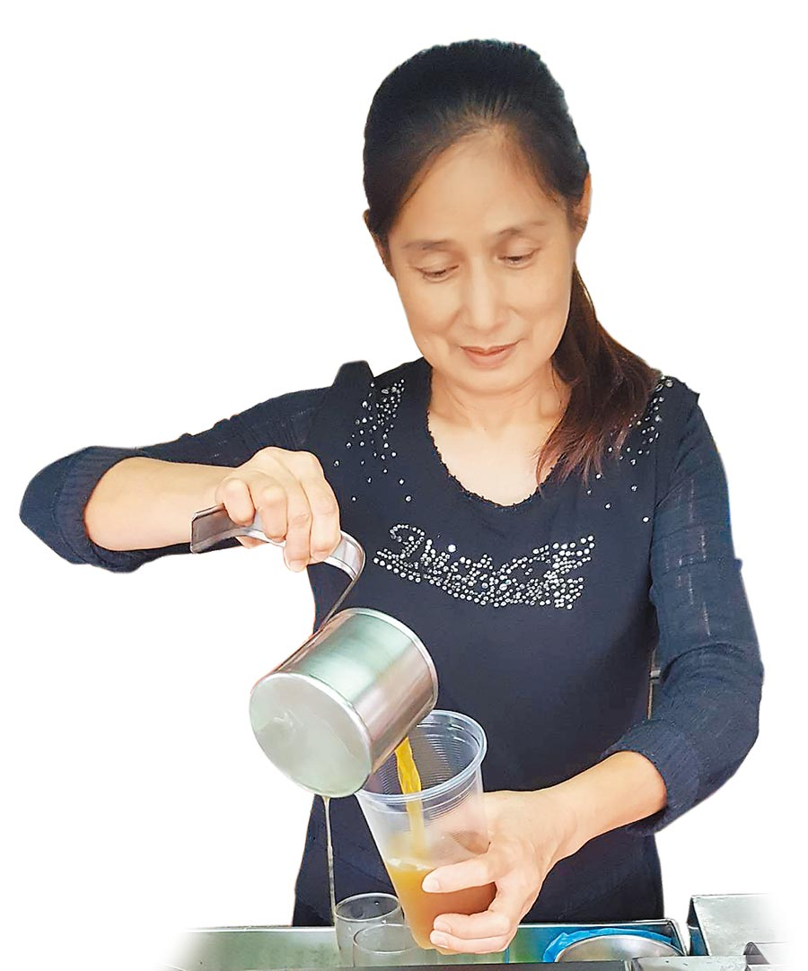 「下大道青草茶」第3代負責人林美英,熟練地為客人準備青草茶,可外帶或內用。(魏景瀚攝)